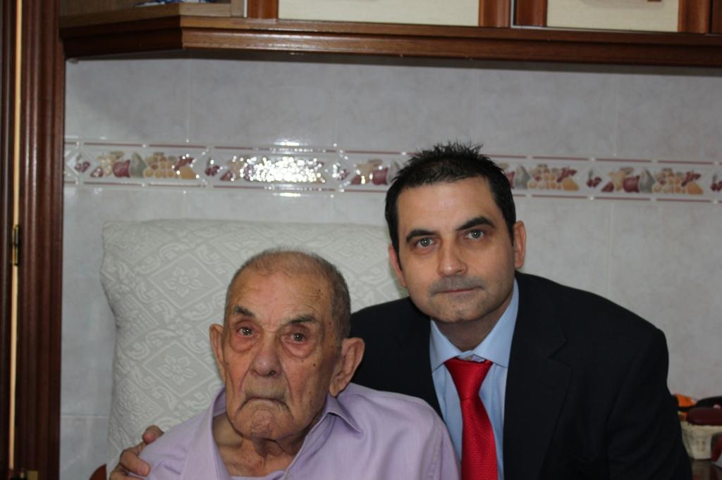 Paco Ruiz Botello (Paco Teodoro), junto a su hijo menor Héctor Ruiz Jiménez momentos antes de la misa de boda de la nieta y sobrina Nuria Ruiz Navas.
